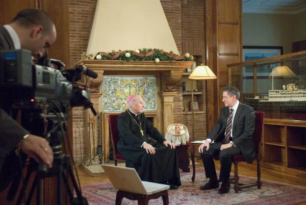 "Javier Echevarría e il giornalista Jesús Fonseca durante un'intervista fatta a Villa Tevere. Jesús è il protagonista di una delle storie di ""En la tierra como en el cielo"""