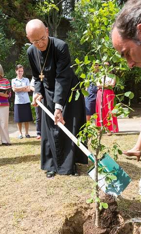 Mons. Ocáriz plantou um carvalho no jardim da Casa de Convívios de Enxomil