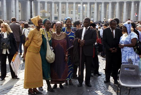 Enkele Afrikaanse aanwezigen tijdens de heiligverklaring.