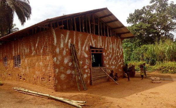 Una pequeña iglesia construida con barro y cañas.