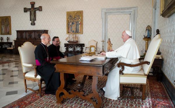 Popiežius Pranciškus su Mons. Fernando Ocariz ir Mons. Mariano Fazio.
