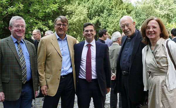 Prof. Roos mit Teilnehmern nach der Hl. Messe