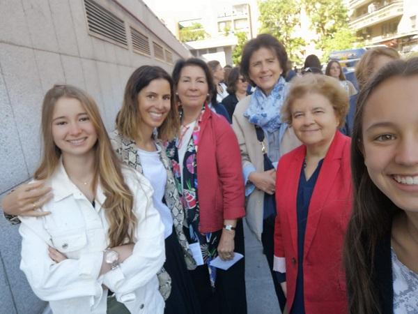 Titi Sahli, junto a su familia, esperando entrar al Palacio Vistalegre de Madrid.