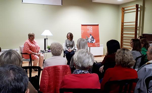 """L'autora del llibre """"La llibertat d'estimar"""", Cristina Abad i la periodista Dolors Massot en un moment de la presentació a Lleida"""