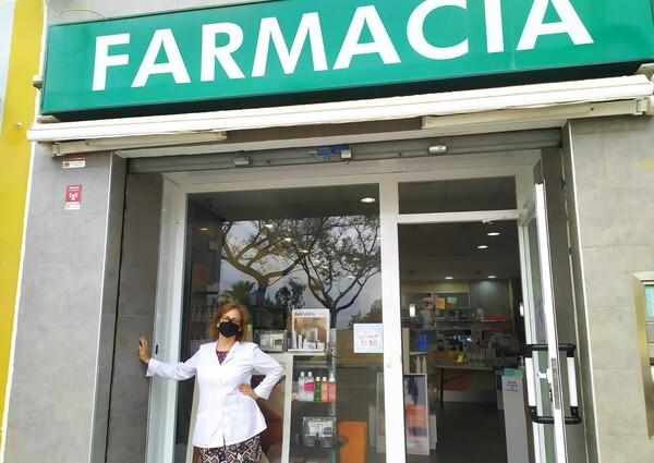 Horten en la entrada de su farmacia