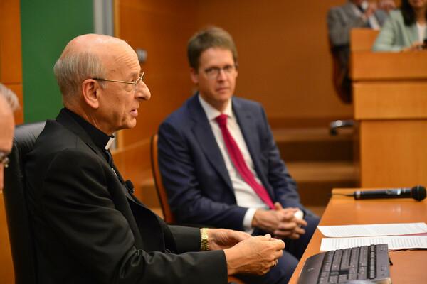 El prelado delLe prélat de l'Opus Dei a rencontré les représentants des 16 écoles de commerce associées à l'IESE