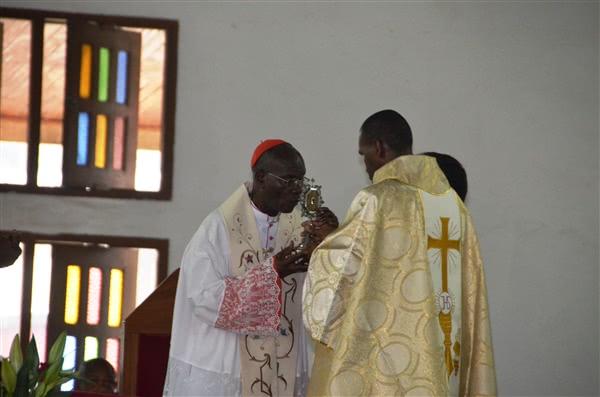 Le Cardinal Kutwã embrasse la relique de saint Josémaria