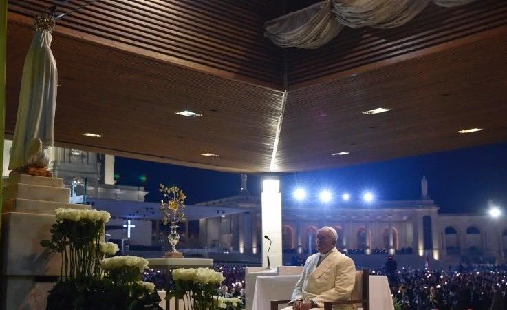 Papa Francisco diante da imagem de Nossa Senhora de Fátima na Capela das Aparições