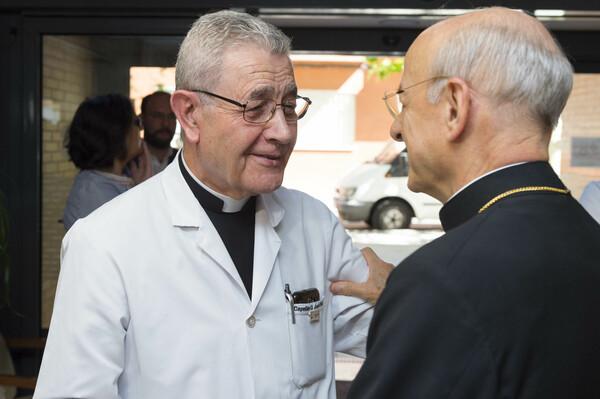 D. José saluda a Mons. Fernando Ocáriz, prelado del Opus Dei. Foto: Álvaro García Fuentes