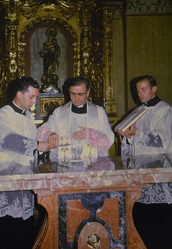 Foto de la consagración del altar de Zalima por San Josemaría.