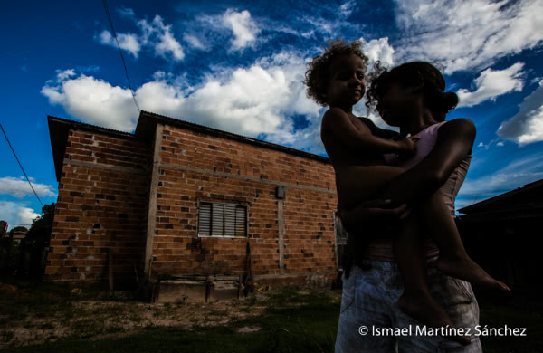 Familia en los arrabales de Juina (Brasil).