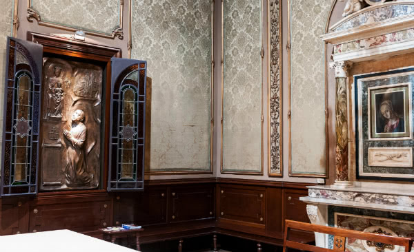El 2004, la Germandat de Nostra Senyora de la Mercè va instal·lar un baix relleu en la seva basílica que representa sant Josepmaria resant davant la seva Verge titular.