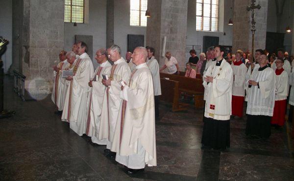 Zelebranten und Messdiener beim Abschluss der Hl. Messe in St. Pantaleon in Köln. Monsignore Dr. Cesar Martinez berichtete in Köln, wie er die Botschaft des heiligen Josefmaria entdeckt hat. (Foto: HT)