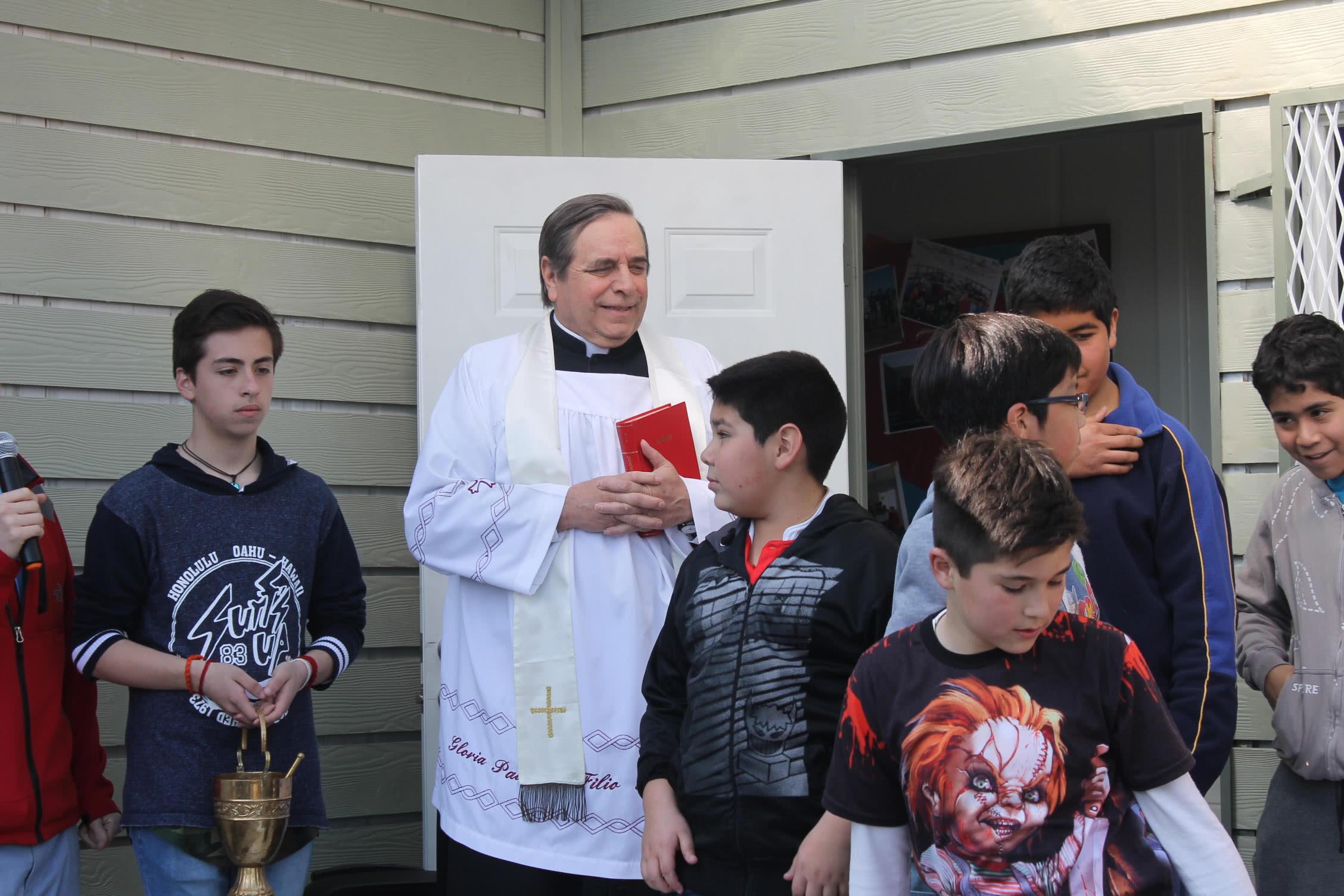 Don Sergio Boetsch, vicario regional de la Prelatura en Chile, bendijo la nueva casa para la Academia Quizapu.