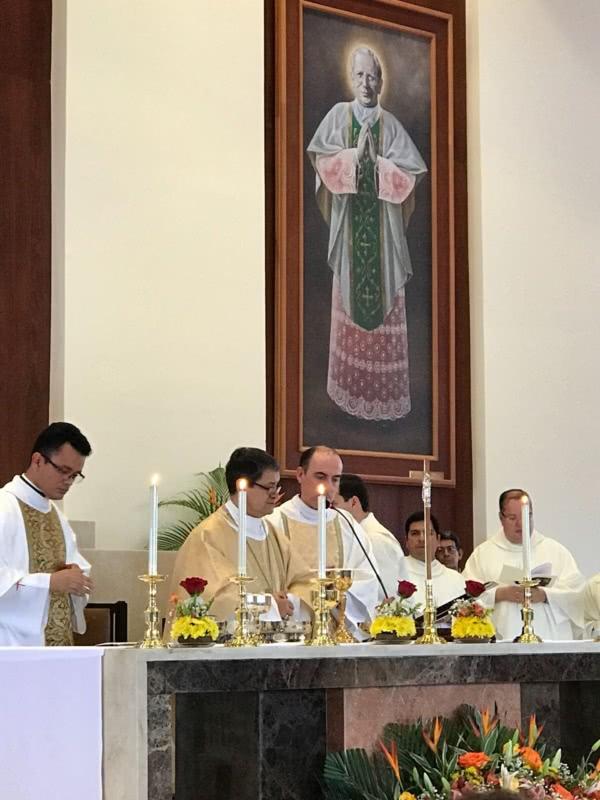 Concelebraron (de izquierda a derecha): el Padre Douglas Bohórquez, párroco; Mons. Luis Gerardo Cabrera, Arzobispo de Guayaquil; Mons. José Andrés Carvajal, Vicario de la prelatura en Ecuador; y otros sacerdotes