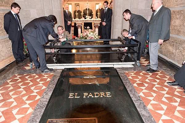 Das Grab findet sich zu Füßen des Grabes vom Seligen Alvaro del Portillo - vor dem Altar der Krypta