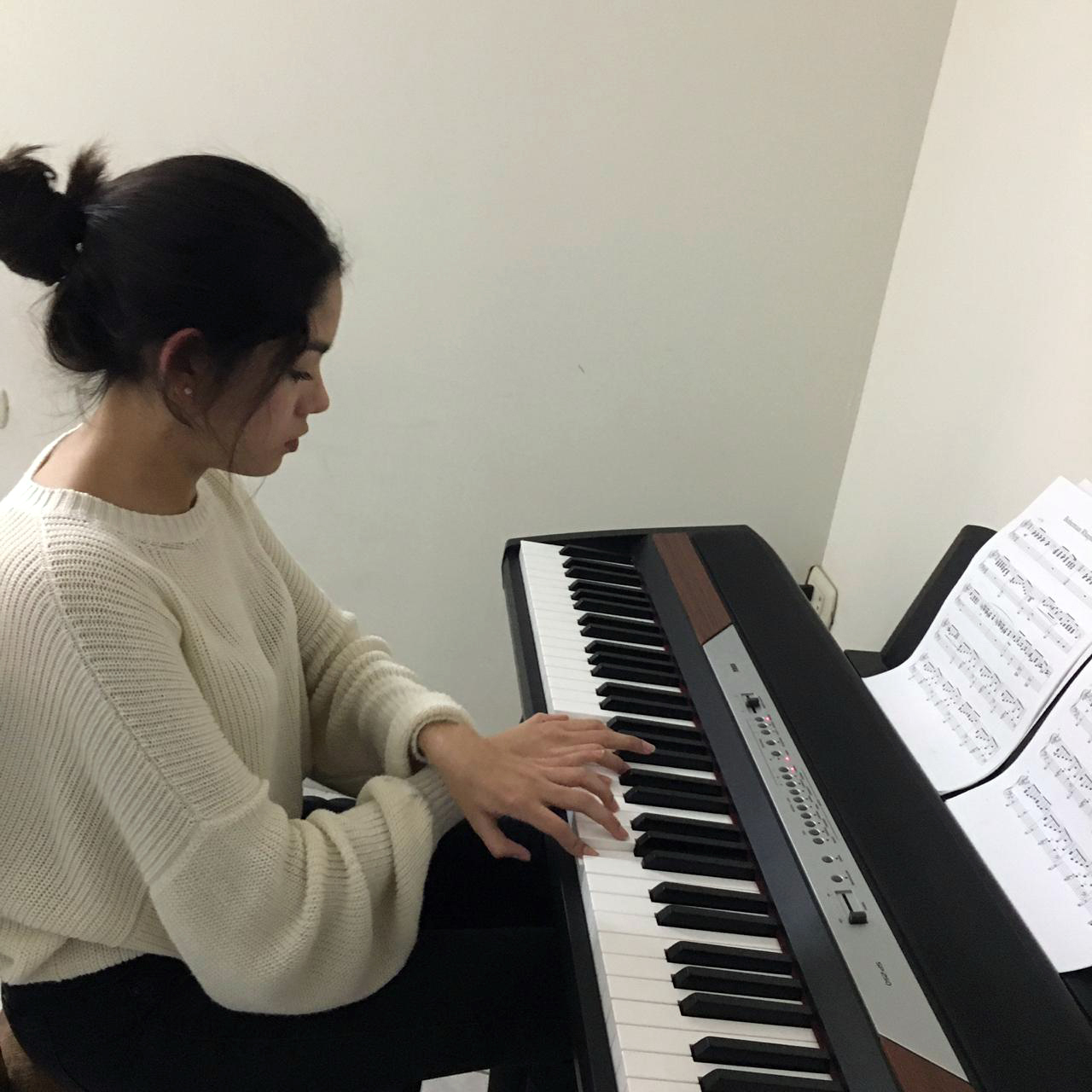 Francesca tocando el piano