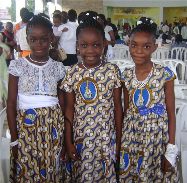 Tre Etimoé-elever ved deres førstekommunionsfeiring