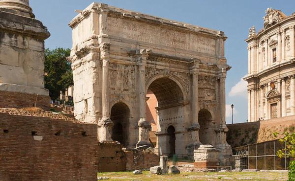 O arco de Septímio Severo visto a partir do Fórum Romano. Foto: Jebulon