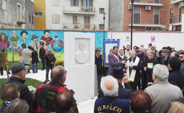 Amigos de Matteo Masselli y vecinos de Apricena en la inauguración de la plaza.