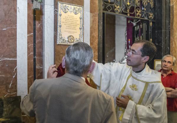 El Hermano Mayor de la Macarena, Manuel García, y el vicario del Opus Dei en Sevilla, Ricardo Santiago, ante la inscripción.