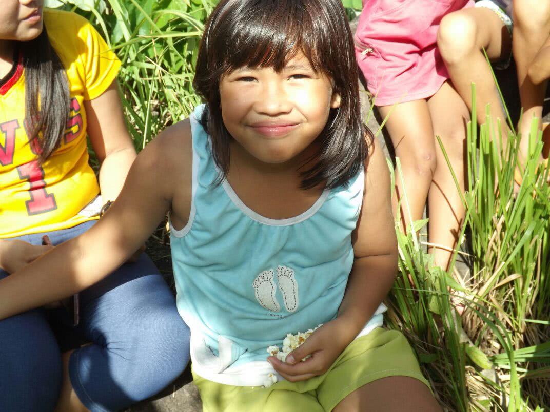 Niña filipina en medio de catequesis a los alrededores de Bacólod, sector rural cuya principal actividad es el cultivo de arroz y caña de azúcar.