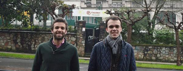Nacho Pérez y Borja Apaolaza frente a Hotzaldi, proyecto de acogida nocturna de Cáritas Gipuzkoa.