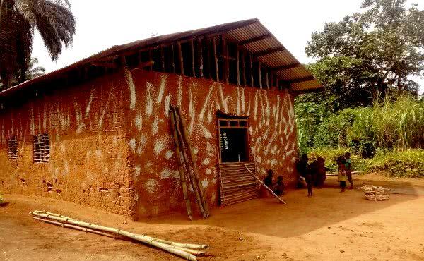 Une petite église construite avec de la boue et des roseaux
