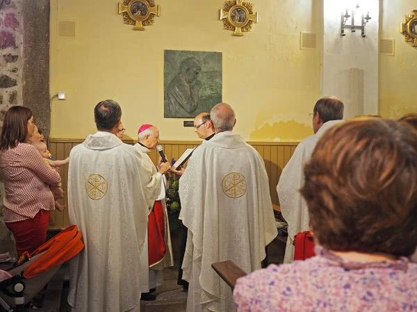 El obispo de Ávila Mons. Jesús García Burillo bendice el bajorrelieve de san Josemaría.