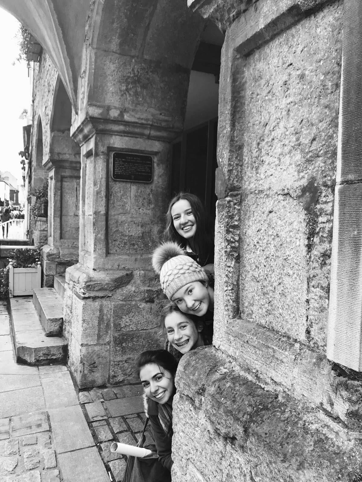 Catalina, arriba del grupo,  junto a sus amigas de Irlanda , España y Estados Unidos en un paseo a Kilkenny.