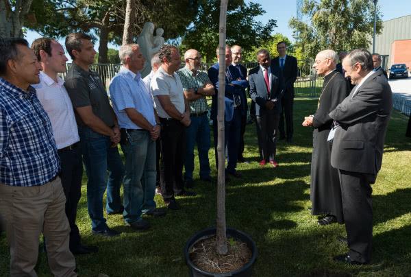 Mons. Ocáriz quiso agradecer el trabajo de estos días al personal de mantenimiento del Colegio Retamar. Foto: Álvaro García Fuentes.