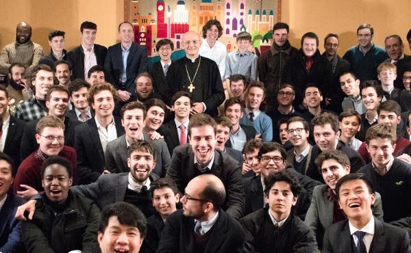 O Prelado do Opus Dei com um grupo de jovens em Londres