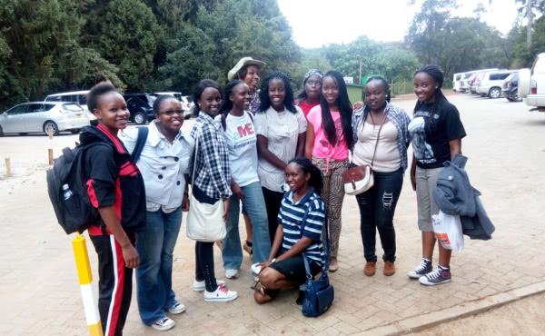 Algunas de las universitarias de Strathmore University que trabajarán como voluntarias en los eventos con el Santo Padre.