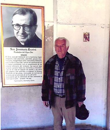 En la capilla de Piñan, junto a la imagen de San Josemaría. Hemos repartido cientos de estampas en la comunidad.