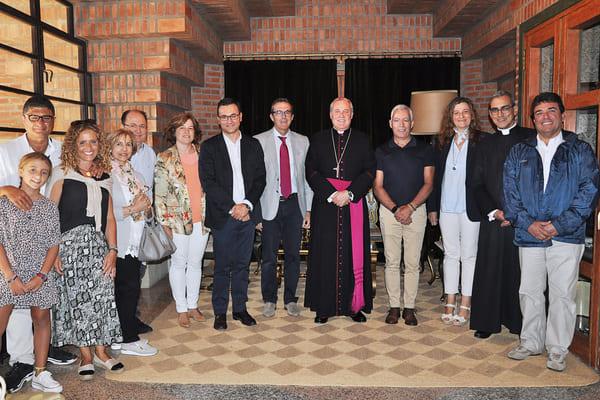 El obispo de Bilbao con la Subdelegada del Gobierno, el alcalde de Secastilla y otras autoridades