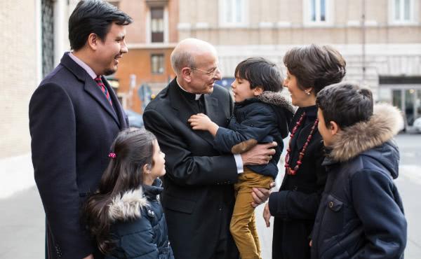 Prälat Ocariz begrüßt eine Familie. (Foto: Ismael Martínez Sánchez)