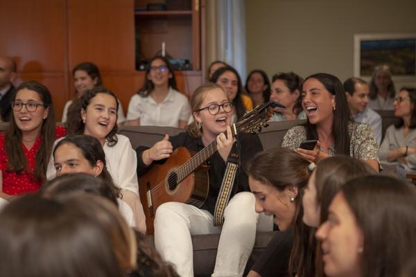 Que tinguem sort (Que tengas suerte), la canción de Lluís Llach ha sido entonada por todos los asistentes, para cerrar el encuentro con sus versos