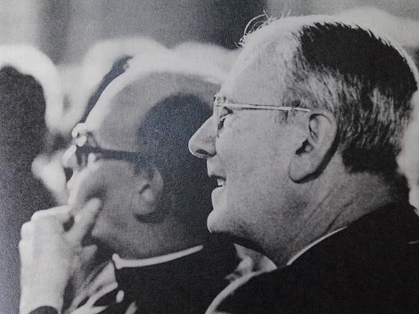 Foto de Father Joseph, tomada pocas semanas antes de su muerte, durante una tertulia con don Álvaro del Portillo en Hunter Collage, Nueva York.