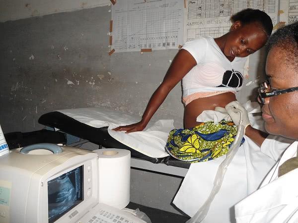 Una mujer congoleña realizándose una ecografía en RDC./ Imagen cedida por ONAY