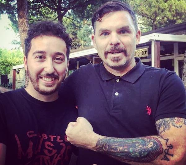 Michael, batería de los Rival Sons, junto a Gabriele, hijo de Rosaria.