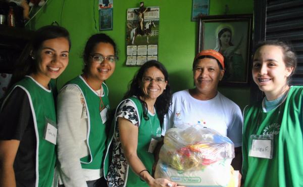 """Voluntárias do projeto """"Jornadas Solidárias"""", de Brasília, durante uma das visitas realizadas."""