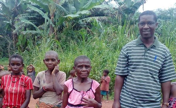 Con algunas mujeres del poblado Bayenga.