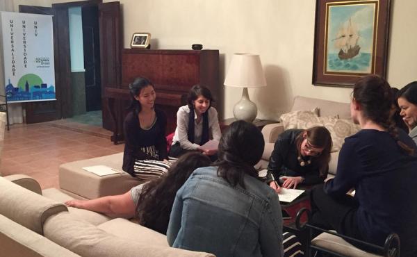 "Algumas das participantes durante a dinâmica para desenvolvimento das ""personas"" dos modelos de líderes."