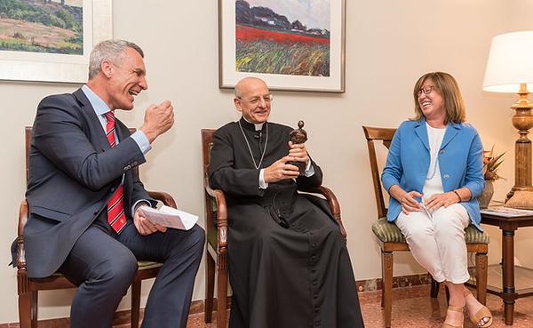 Mons Ocáriz amb Joan Gallostra i Teresa Martínez, d'Institució Familiar d'Educació.
