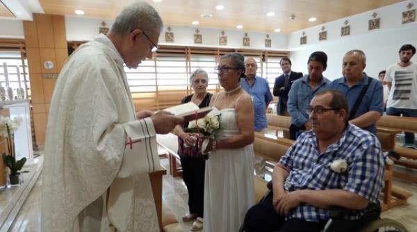 È stato nell'unità di cure palliative che Ángel ha preso la decisione di chiedere di sposare María per la seconda volta. Questa volta, di sposarla in chiesa. Foto: Verne.