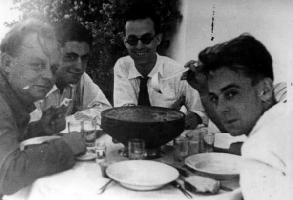 Isidoro Zorzano almoçando com vários amigos.