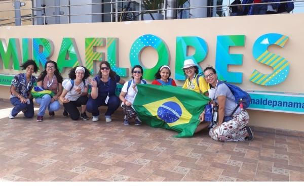 Marina (segunda da esquerda para direita) e outras amigas brasileiras, numa visita ao canal do Panamá