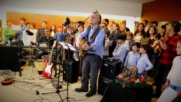 Santi y su grupo 'Los Limones' tocando con las familias de Rueiro.