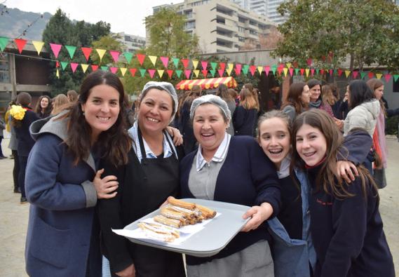 Auxiliares, alumnas y profesoras del Colegio Los Andes disfrutaron de unos deliciosos churros en la fiesta de San Josemaría.