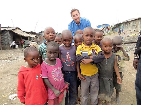 Javier, quien escribe este relato, en uno de los 'slums' de Nairobi.